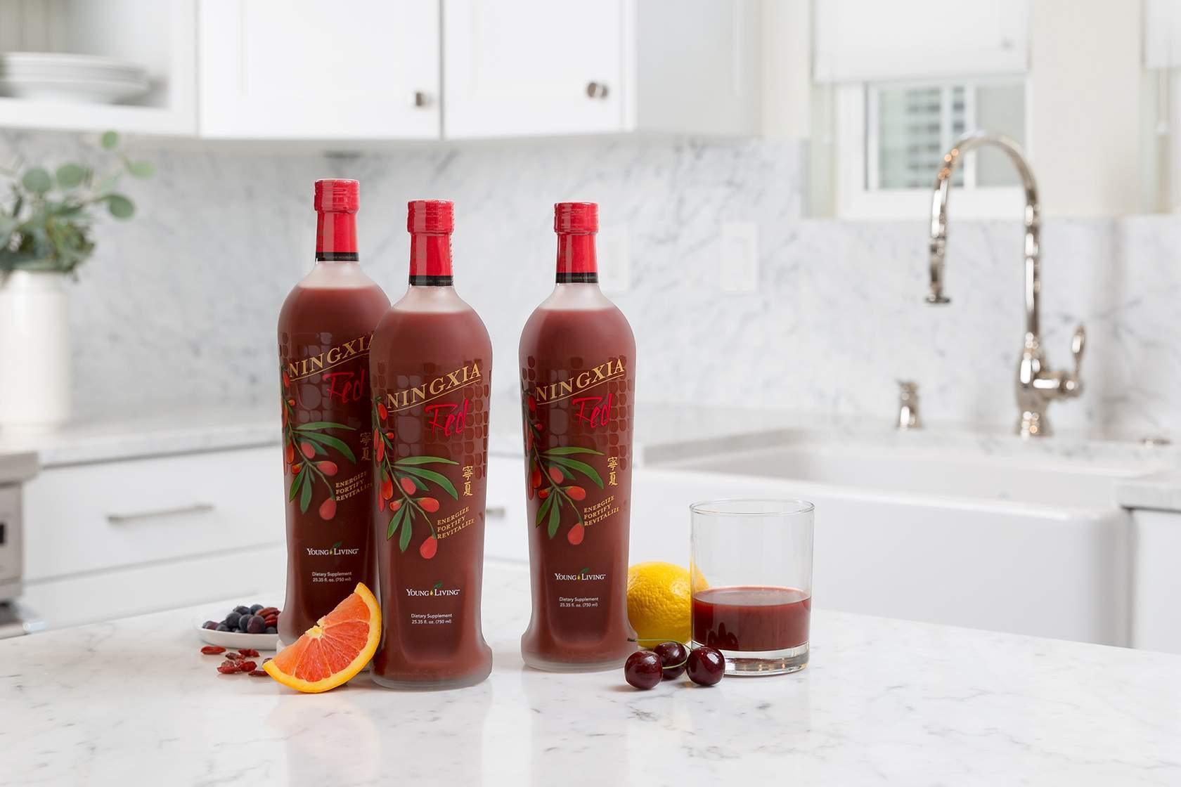 Tres botellas de NingXia Red y un vaso de NingXia