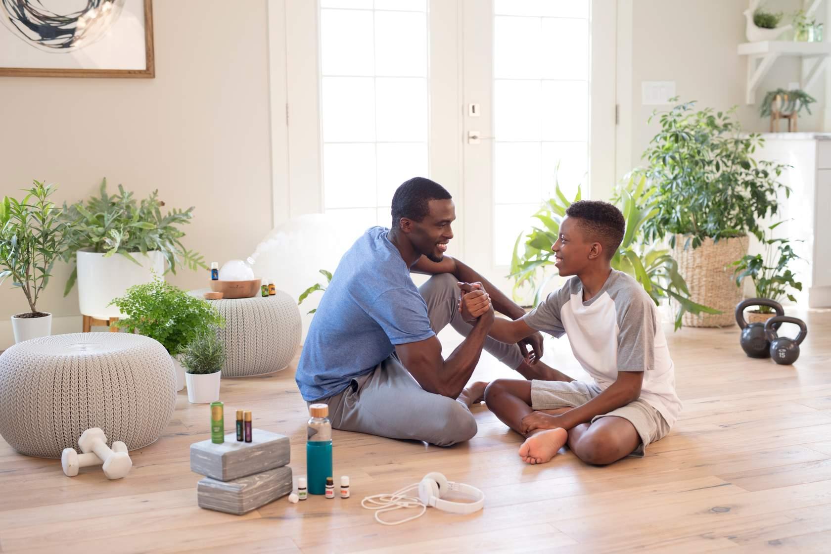 Padre e hijo haciendo ejercicio