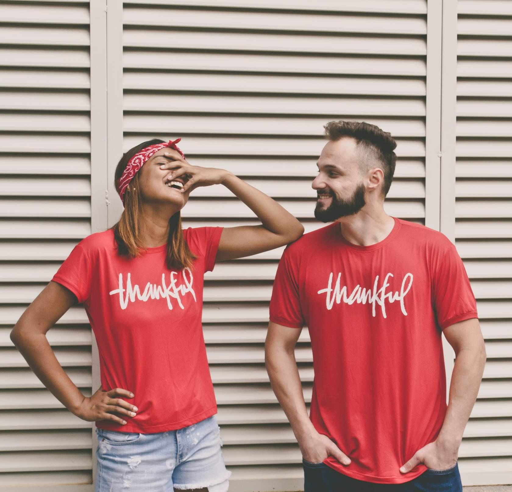 Una pareja riéndose