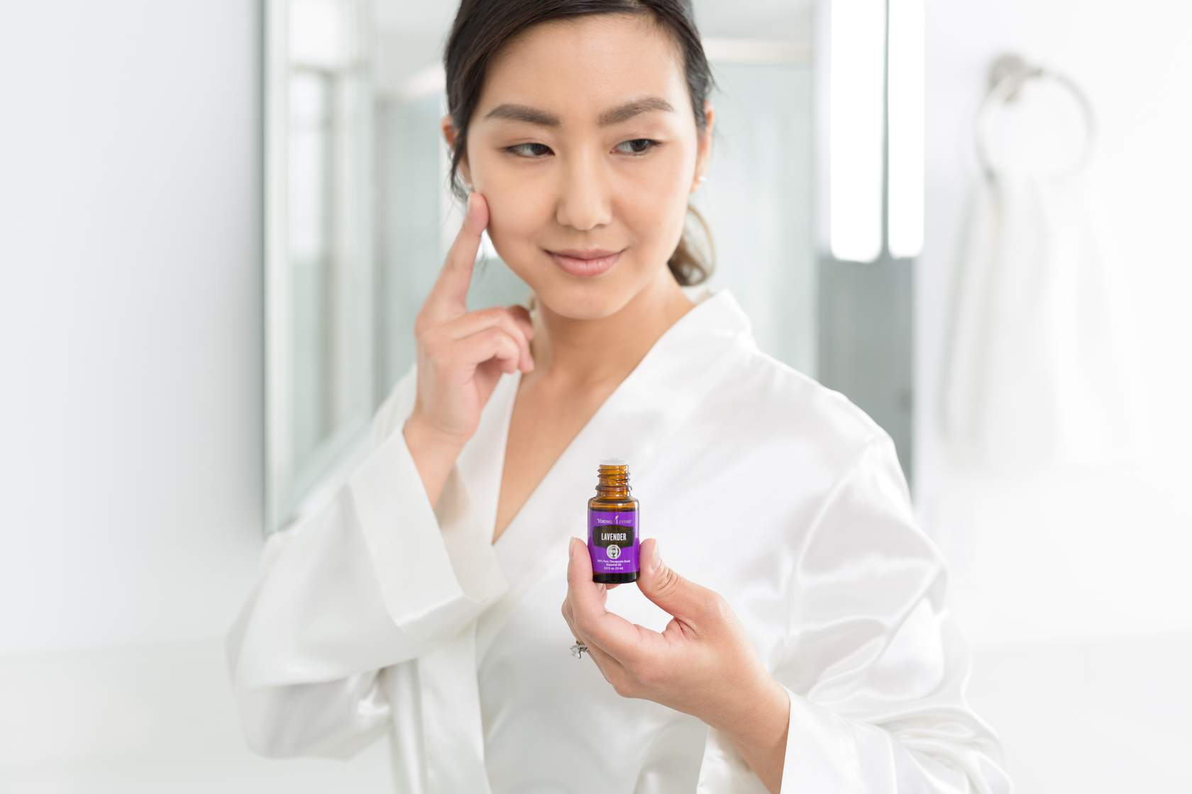 Mujer usando aceites esenciales