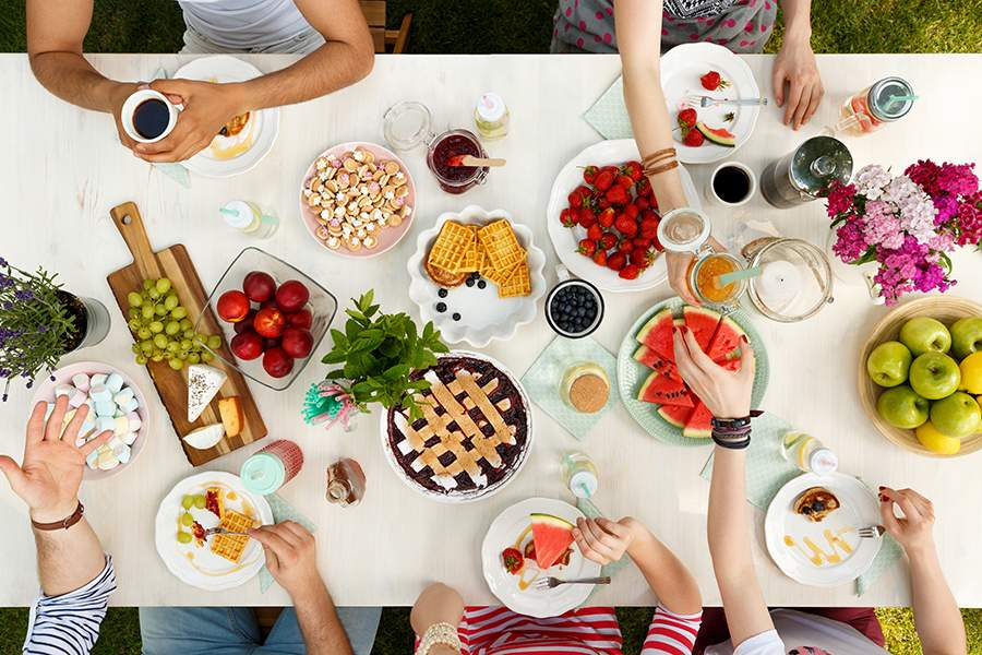 Gente comiendo en una mesa