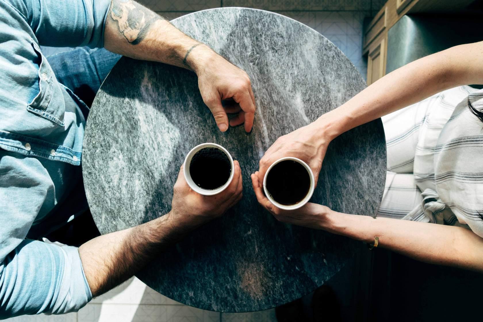 Dos personas tomando café