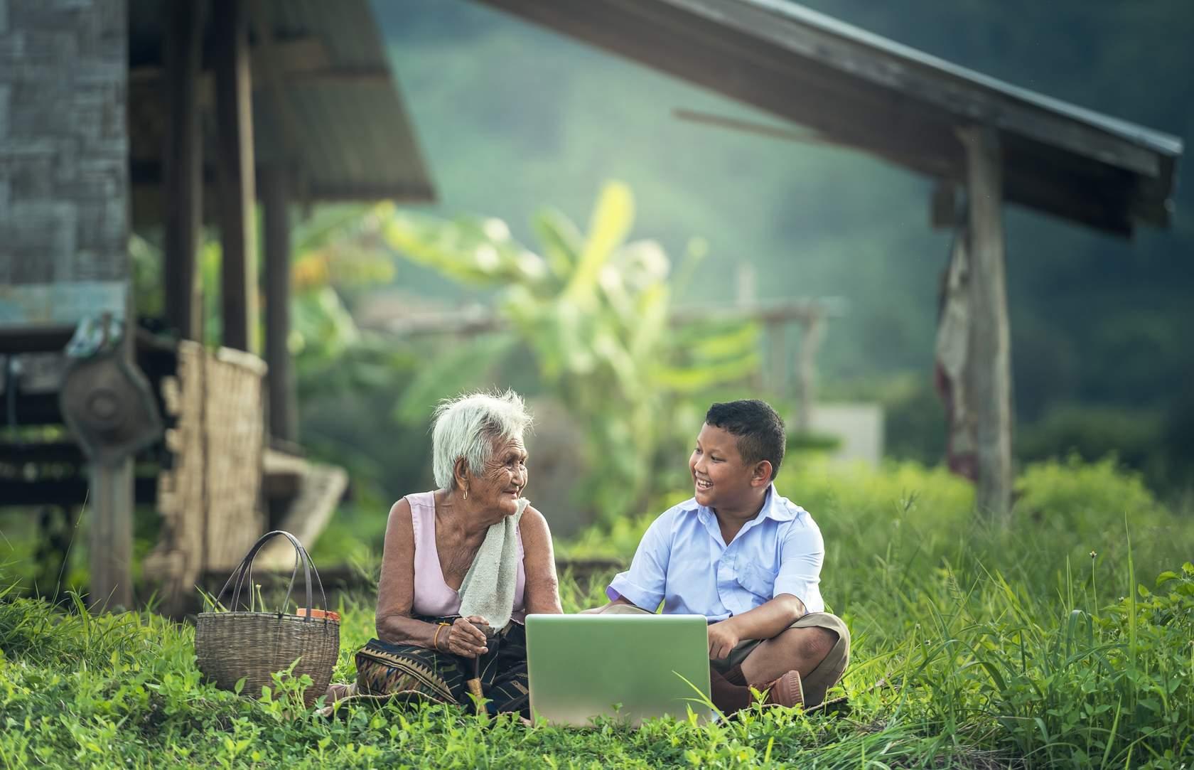 Abuela y nieto en un computador