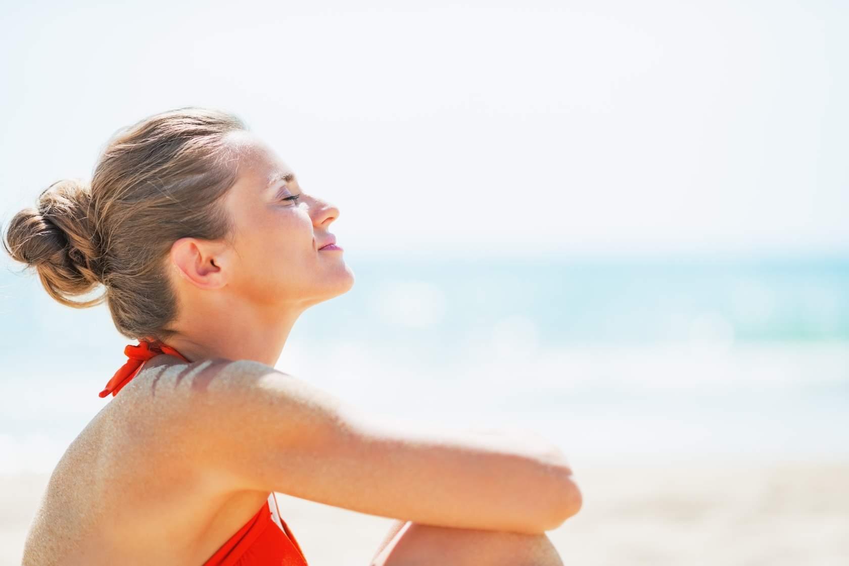 Mujer tomando en sol