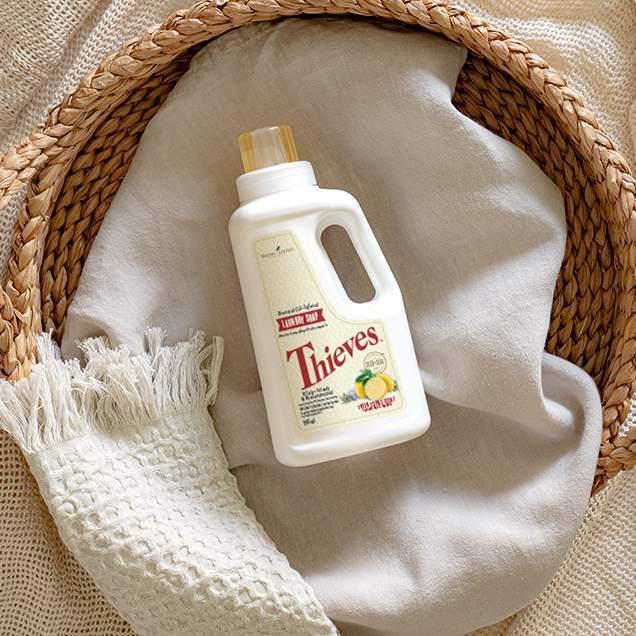 Le savon pour la lessive Thieves lave vos vêtements en douceur et de façon naturelle, en les nettoyant sans laisser de résidus chimiques ou synthétiques agressifs. Les tissus sortent propres de la laveuse avec un agréable arôme d'agrumes grâce aux huiles essentielles 100 % pures de Thieves, de citron Jade et de bergamote.