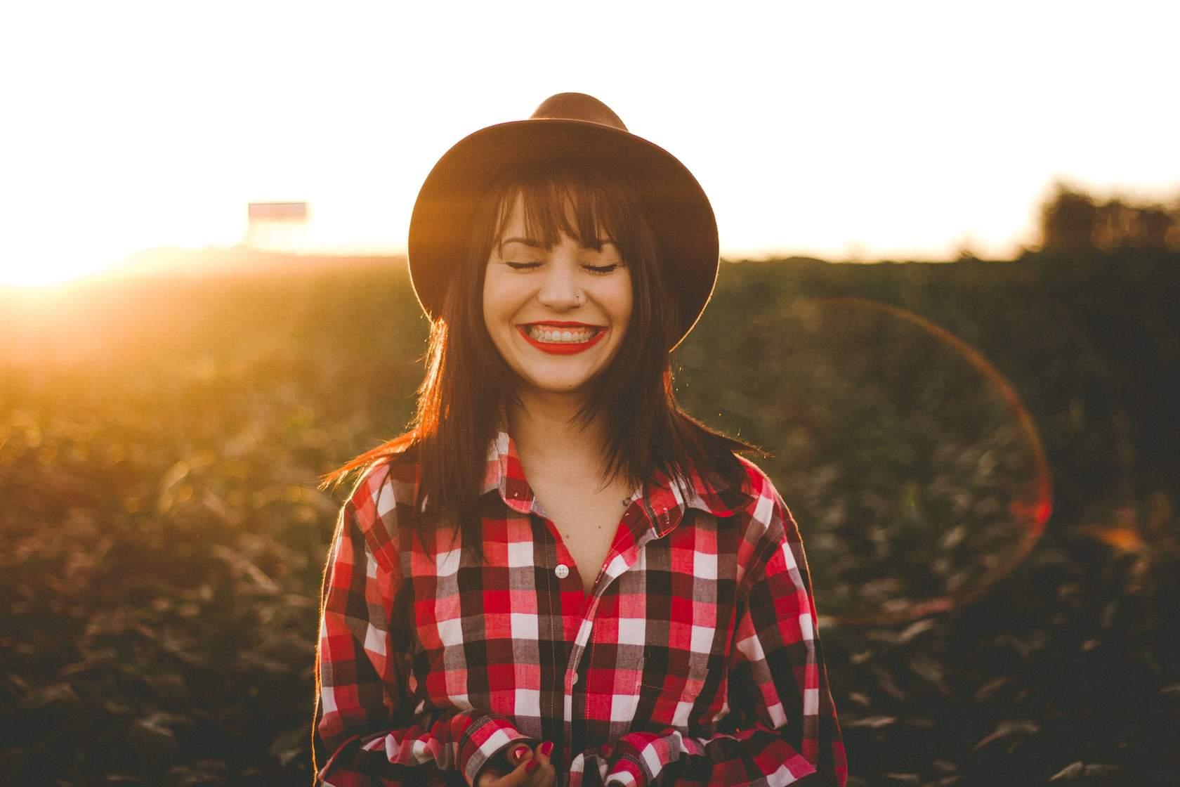 Mujer en un campo sonriendo