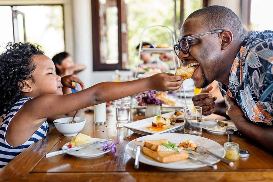 Niño alimentando a su papá